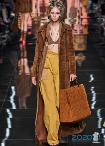 Модное замшевое пальто весна 2020