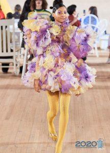 Короткое платье с пышной юбкой и объемными цветами мода весны 2020 года
