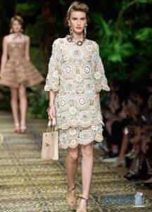 Модное вязаное крючком платье на весну 2020 года