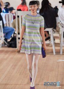 Модное вязаное платье в полоску на весну 2020 года