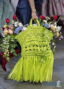 Вязаная сумка с бахромой - тренд сезона весна-лето 2020