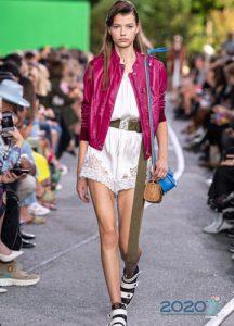 Яркая малиновая кожаная куртка весна-лето 2020