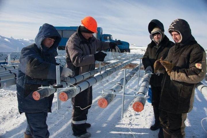 Мужчины работают на севере России