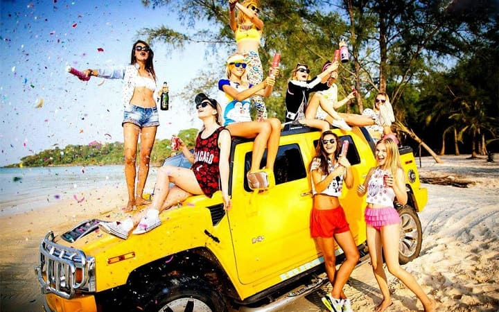 молодые люди на машине