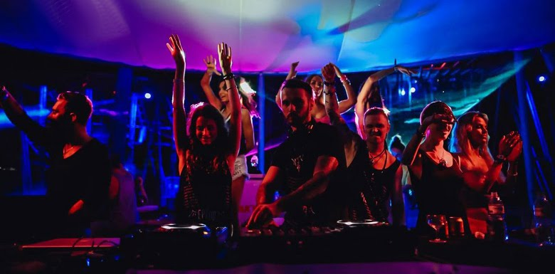 молодежь в клубе