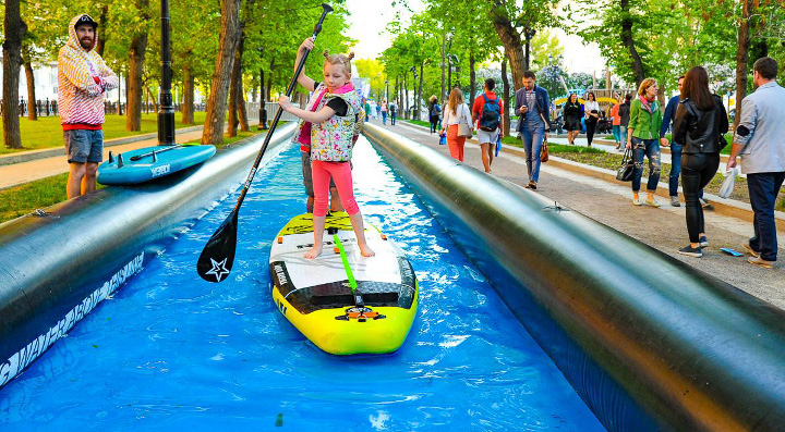 ребенок катается на лодке