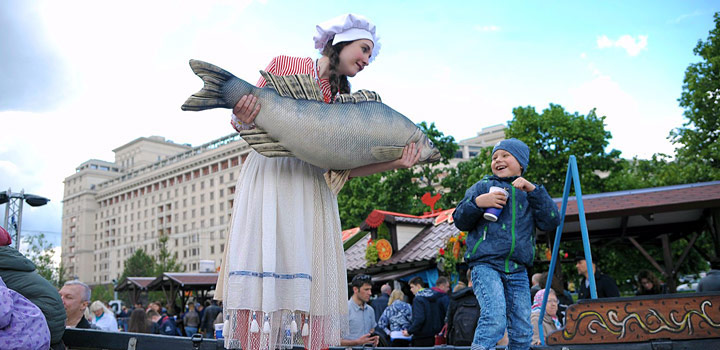девушка с рыбой и мальчик