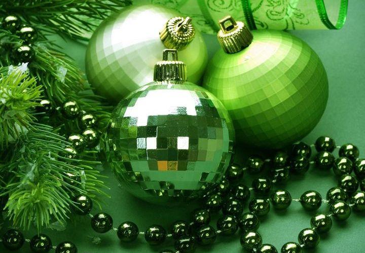 Зеленые новогодние шарики