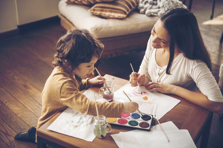 Мама и сын рисуют