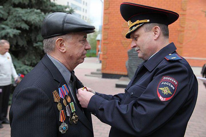 Вручение награды пенсионеры МВД